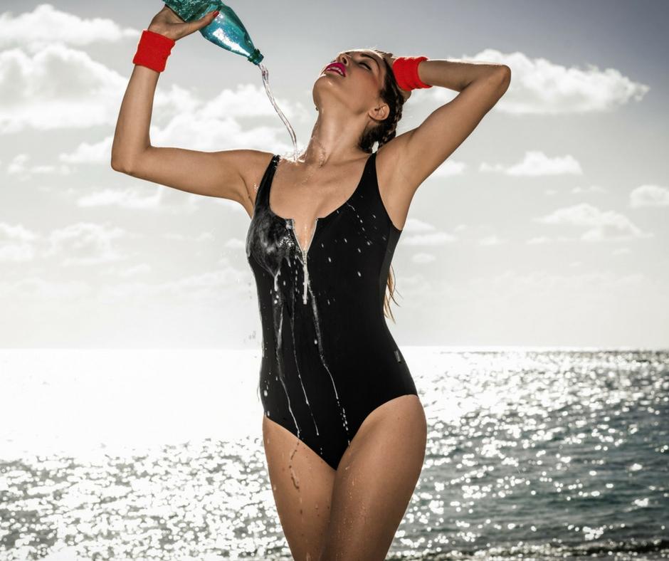 Schwarzer Bikini mit Reißverschluss: sexy und sportlich.