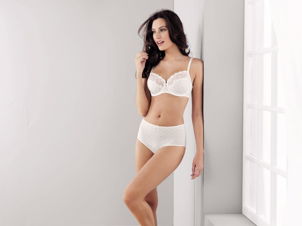 White underwire bra with lace and embroidery from Rosa Faia